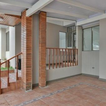 Se alquila apartamento en Moravia | 3 hab | 1 parqueo